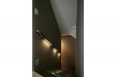 階段 (モノトーンカラーをベースにシックで高級感ある空間に)
