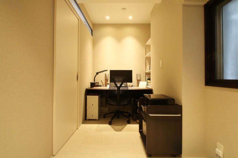 モノトーンカラーをベースにシックで高級感ある空間に (書斎)