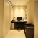 モノトーンカラーをベースにシックで高級感ある空間にの写真 書斎