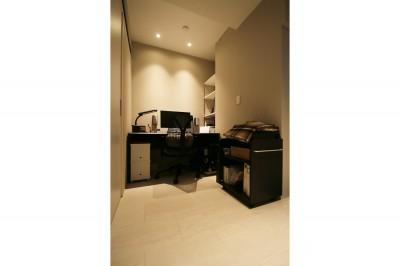 書斎 (モノトーンカラーをベースにシックで高級感ある空間に)