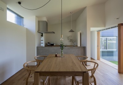 祖父江町の家/角地に建つ平屋の住まい (ダイニングからキッチンを見る)