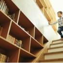 好奇心を刺激する壁面図書階段