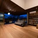 Aobadai no ie -庇のある家-の写真 夜景 リビング