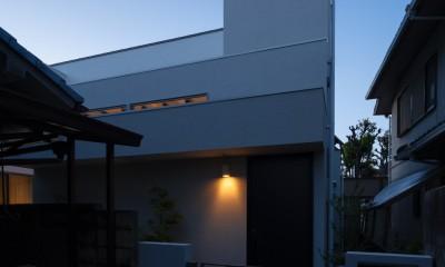 Toyonaka no ie -旗竿敷地に建つ家- (夜景 外観)