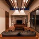 Toyonaka no ie -旗竿敷地に建つ家-の写真 夜景 リビング