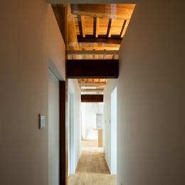 Omoya -入母屋造の民家の改修- (廊下)