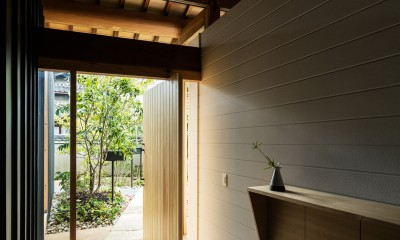 Omoya -入母屋造の民家の改修- (玄関)