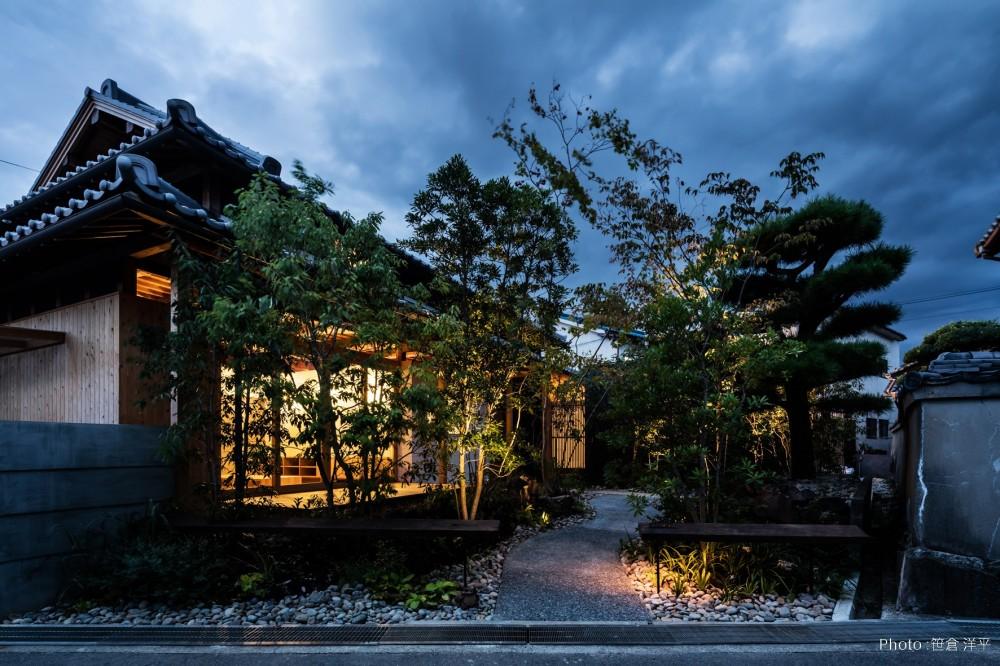 Omoya -入母屋造の民家の改修- (夜景 外観)