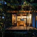 Omoya -入母屋造の民家の改修-の写真 夜景 テラス