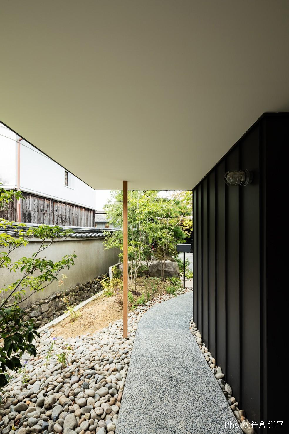 Hanare -立体的な屋根形状の家- (ポーチ)