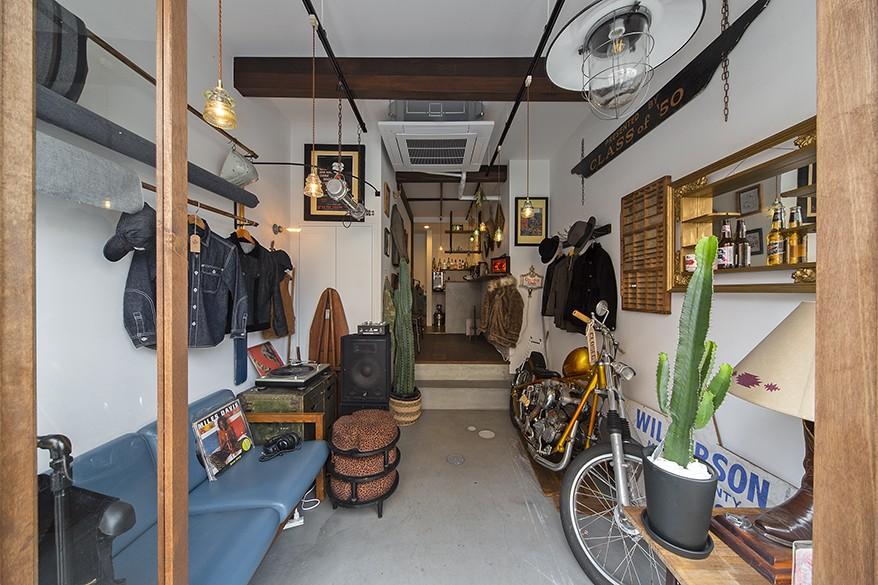 店舗と住居の兼ねた目をひくファサードの家 (1階店舗部分)
