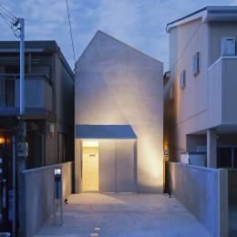 Imaike no ie -狭小地に建つ家- (夜景 外観)