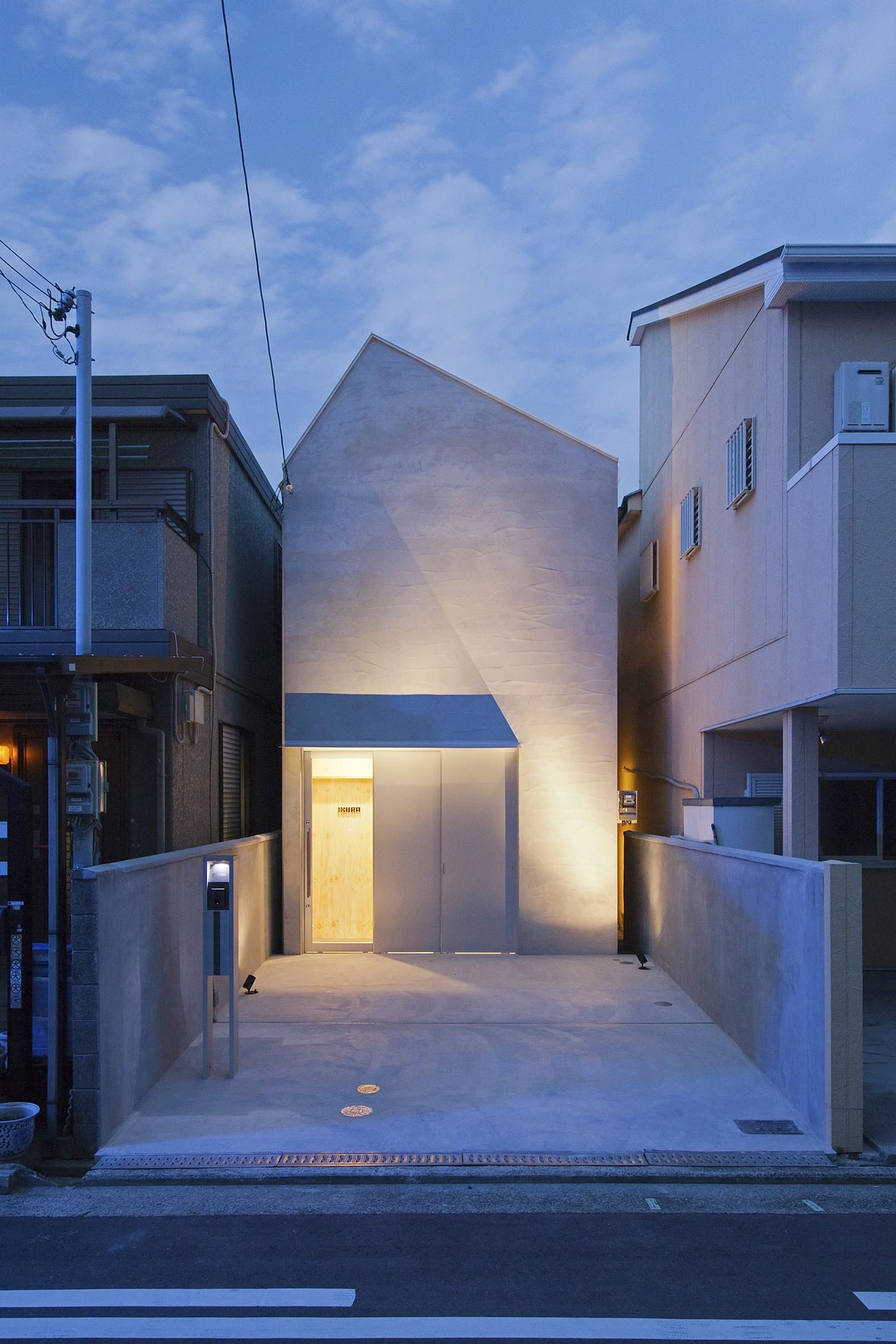 外観事例:夜景 外観(Imaike no ie -狭小地に建つ家-)