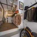 店舗と住居の兼ねた目をひくファサードの家の写真 1階店舗部分(奥がバースペース)