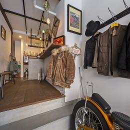 店舗と住居の兼ねた目をひくファサードの家
