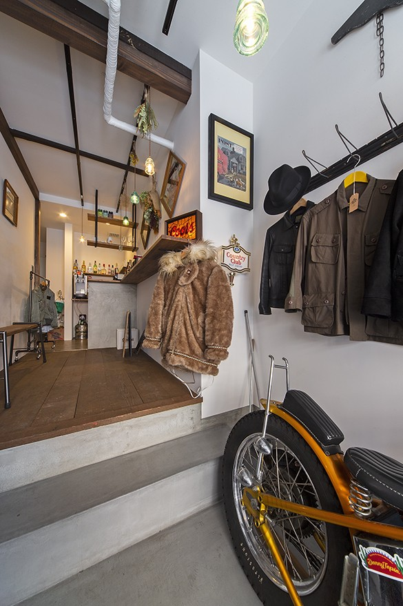 店舗と住居の兼ねた目をひくファサードの家 (1階店舗部分(奥がバースペース))