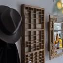 店舗と住居の兼ねた目をひくファサードの家の写真 店内ディスプレイ