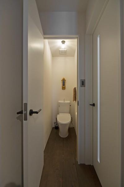 トイレ (店舗と住居の兼ねた目をひくファサードの家)