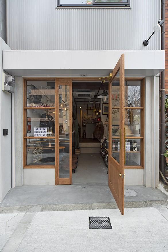 店舗と住居の兼ねた目をひくファサードの家 (ファザード(外観))
