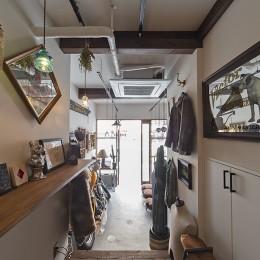 店舗と住居の兼ねた目をひくファサードの家 (1階店舗部分(奥から撮影))