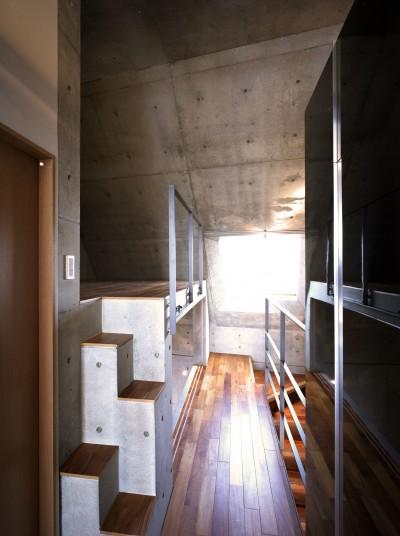 廊下 ルーム3 (【カーサ カスバ <弟の家>】 家族4世代の住まい+仕事場+賃貸住居)