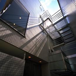【カーサ カスバ <弟の家>】 家族4世代の住まい+仕事場+賃貸住居 (外観(階段見上げ))