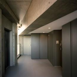 【フラッツCN <403>】天にのびる逆三角錐のボリューム (共用廊下)