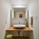 緑ゆたかな郊外へ 自然素材に囲まれた住まいの写真 シンプルで美しい洗面室