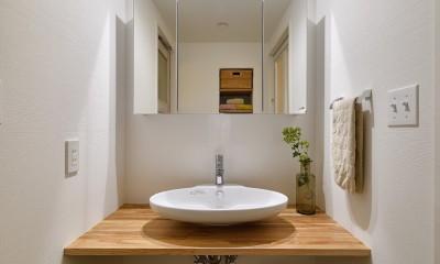 緑ゆたかな郊外へ 自然素材に囲まれた住まい (シンプルで美しい洗面室)