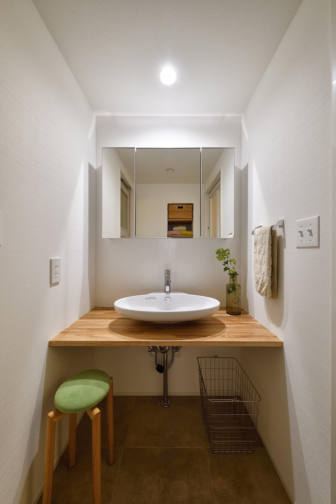 バス/トイレ事例:シンプルで美しい洗面室(緑ゆたかな郊外へ 自然素材に囲まれた住まい)