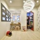 ポップなビタミンカラーの家の写真 小窓がかわいい子供部屋