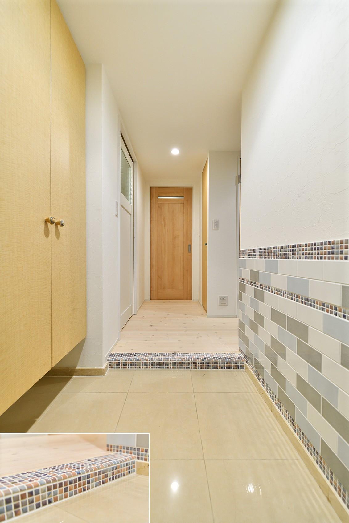 玄関事例:シンプルで清潔感のある玄関(ポップなビタミンカラーの家)