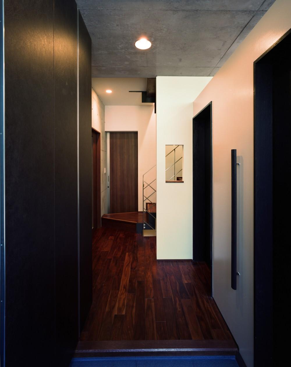 【末広の家 <親の家>】敷地に合わせた末広がりの2世帯住宅 (共用玄関)