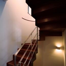 【末広の家 - 親の家】敷地に合わせた末広がりの2世帯住宅 (階段)