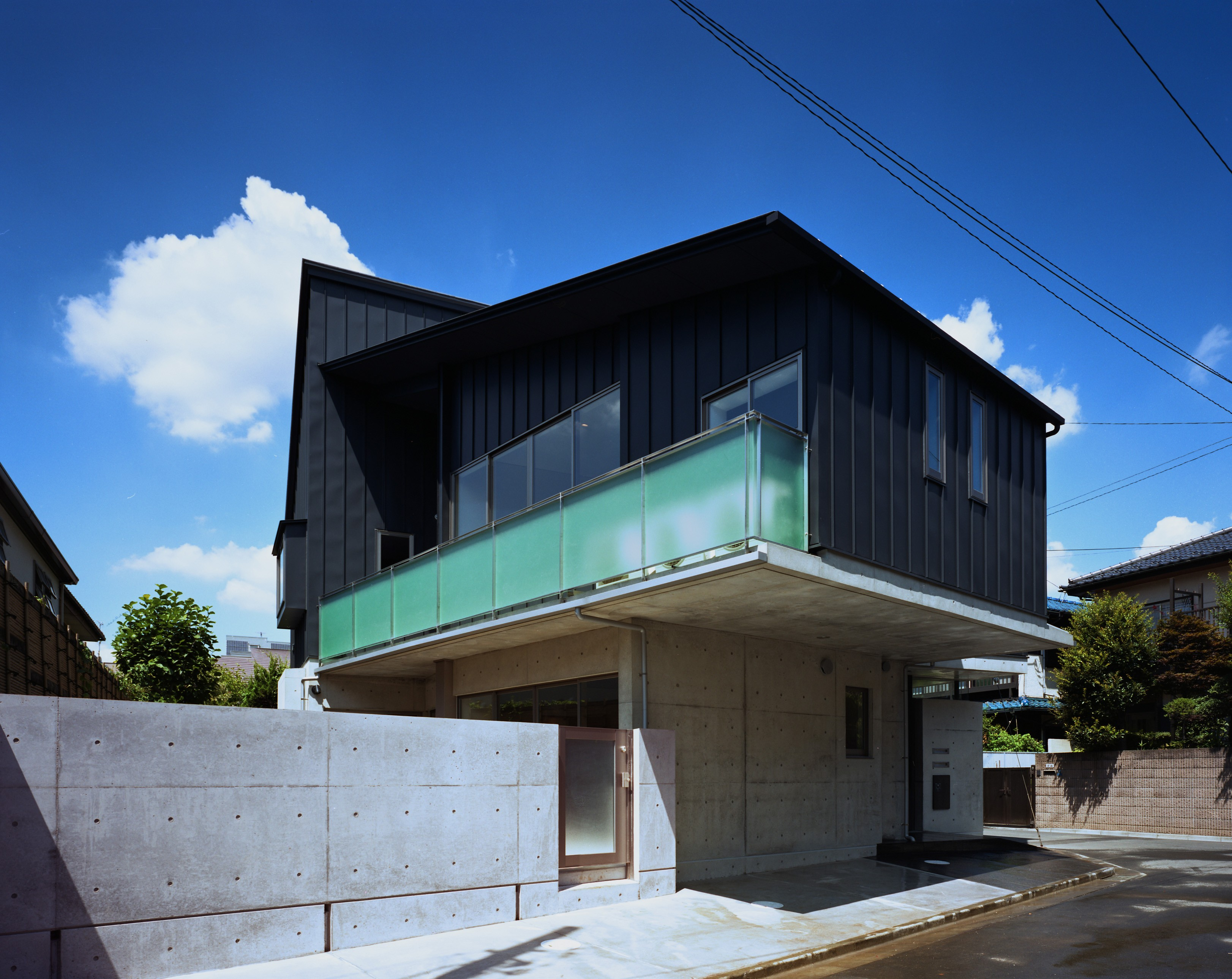 外観事例:外観(【末広の家 - 親の家】敷地に合わせた末広がりの2世帯住宅)