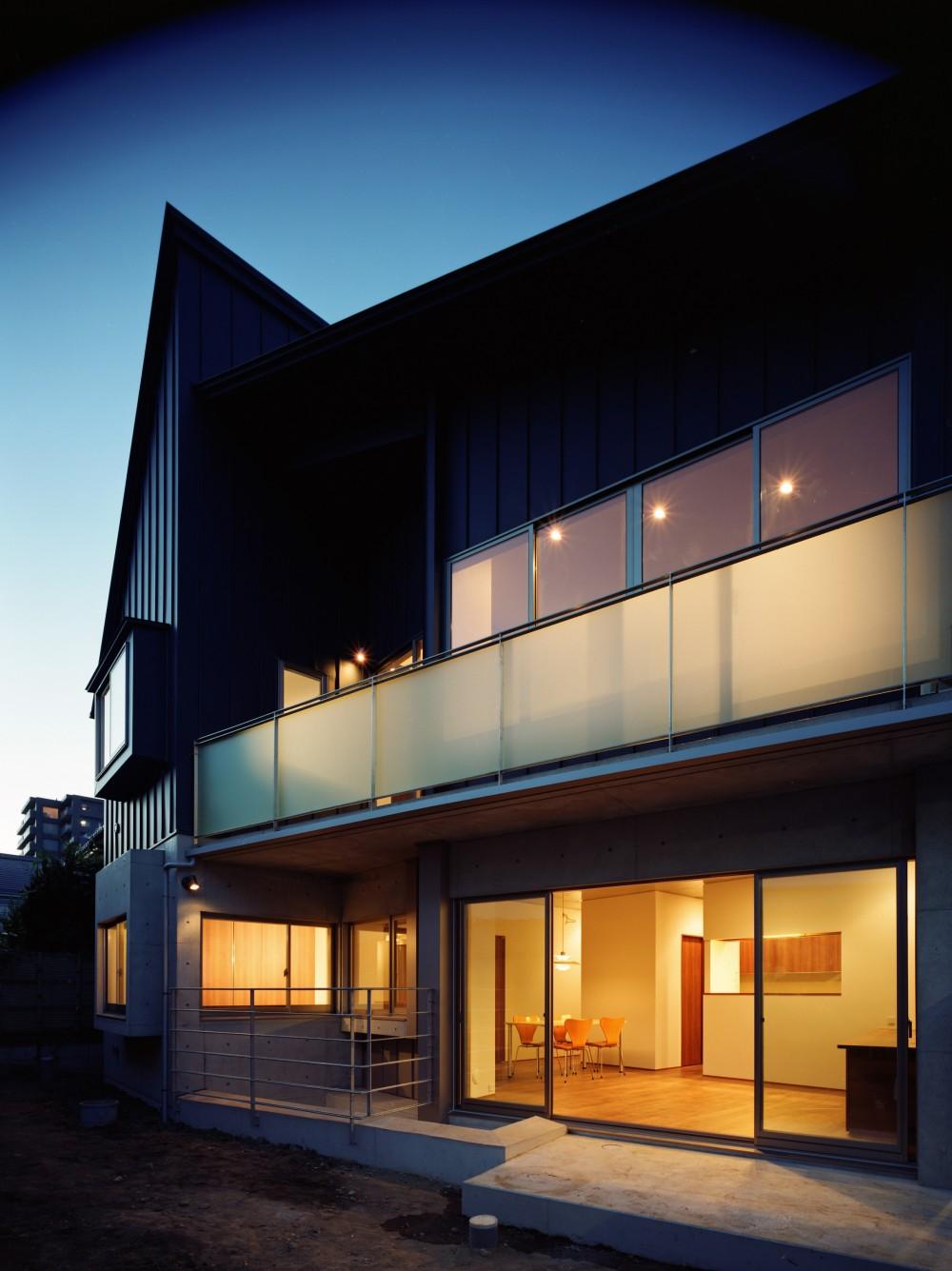 【末広の家 <親の家>】敷地に合わせた末広がりの2世帯住宅 (外観 夕景)