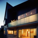 【末広の家 <親の家>】敷地に合わせた末広がりの2世帯住宅の写真 外観 夕景