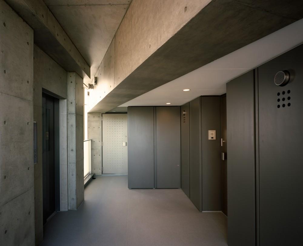 【フラッツCN <502>】天にのびる逆三角錐のボリューム (共用廊下)