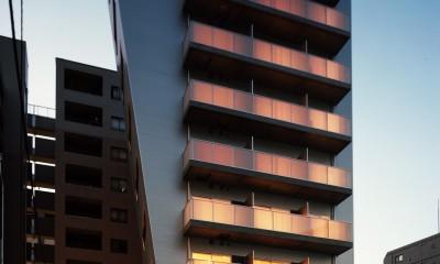 【フラッツCN <502>】天にのびる逆三角錐のボリューム (外観 夕景)