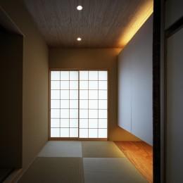 【白鷺の家 <親の家>】 吊り橋のように、宙に浮くバルコニーの家 (和室)