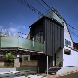【白鷺の家 <親の家>】 吊り橋のように、宙に浮くバルコニーの家 (外観)