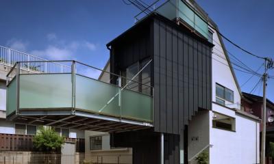 【白鷺の家 <親の家>】 吊り橋のように、宙に浮くバルコニーの家