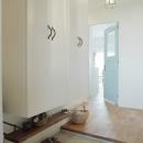 水色のリビングドアが印象的な玄関