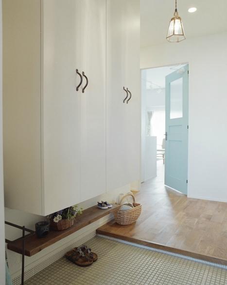 リノベーション / olive (水色のリビングドアが印象的な玄関)