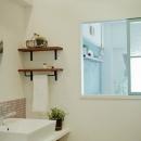 飾り窓でリビングと繋がる洗面室