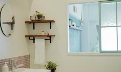リノベーション / olive (飾り窓でリビングと繋がる洗面室)