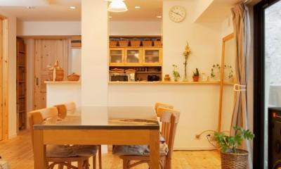 桜とパインと家族と。 (ダイニングから見るキッチン)