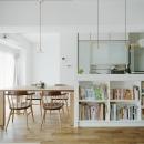キッチンカウンターの下スペースを本棚として有効利用