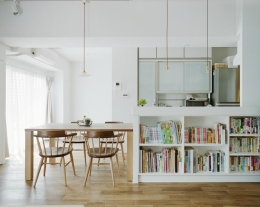 リノベーション / olive (キッチンカウンターの下スペースを本棚として有効利用)