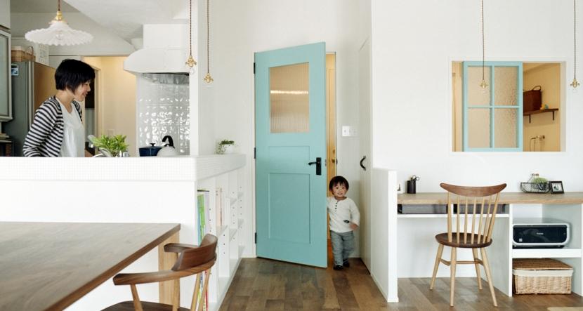 リノベーション / olive (水色のリビングドアと飾り窓)